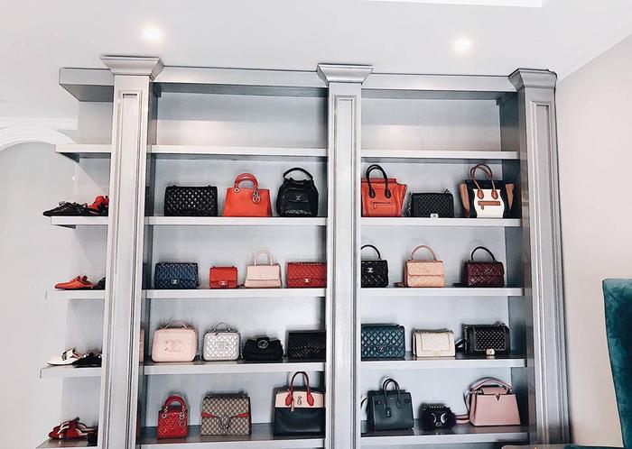 Cận cảnh tủ giỏ hiệu được Bảo Thy đăng tải trên trang cá nhân của mình. Có thể thấy, hàng loạt thương hiệu nổi tiếng như Chanel, Celine, Dior…đều có mặt trên kệ giỏ nhà cô.
