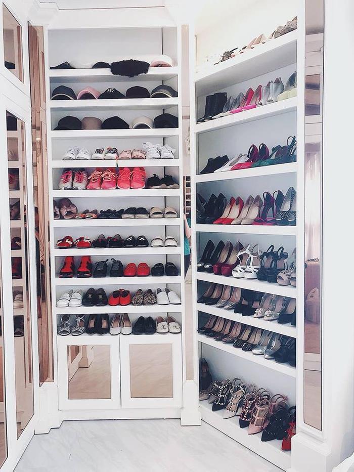 Bên cạnh đó cô nàng còn không ngại khoe tủ giày với số lượng cả trăm đôi, đủ màu, đủ kiểu từ các nhãn hàng danh tiếng.