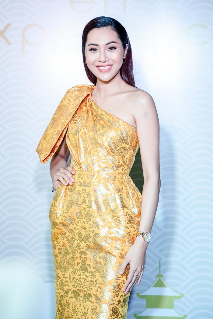 Hoa Khôi Diệu Ngọc nổi bật với trang phục màu vàng tôn vóc dáng chuẩn.