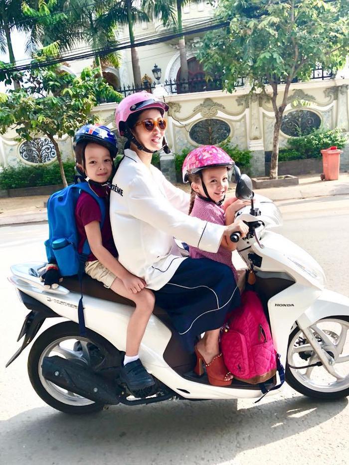 Hình ảnh nữ ca sĩ đón Tôm và Tép đi học về bằng xe máy.