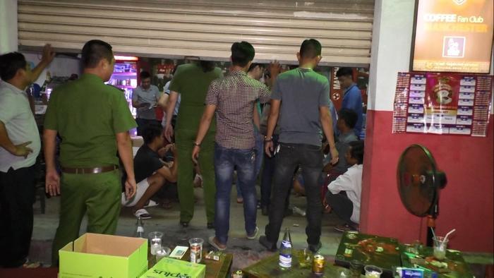 """Lực lượng công an """"đột kích"""" quán cà phê có các đối tượng tổ chức cá độ bóng đá. Ảnh: CTV"""
