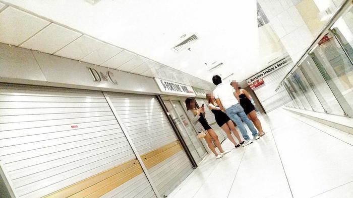Những cô gái gọi đang đợi khách tại Trung tâm Lucky Plaza. Ảnh: C.Lee