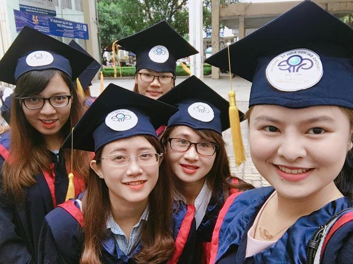 Các nữ sinh xinh đẹp của ĐH Kinh tế - ĐH Quốc gia Hà Nội trong lễ trao bằng tốt nghiệp