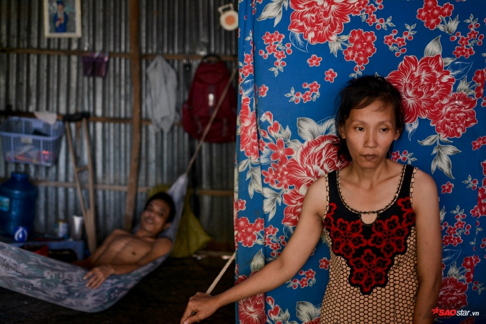 Người vợ tâm thần vẫn phải lo lắng chăm 3 đứa con thơ cùng người chồng u não nằm bất động.