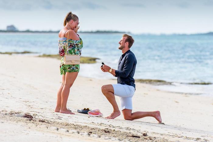 Anh cầu hôn người bạn thời ấu thơ vào tháng 7 năm ngoái tại Bahamas. Nhìn khoảnh khắc lãng mạn này chị em có ghen tị không nào?