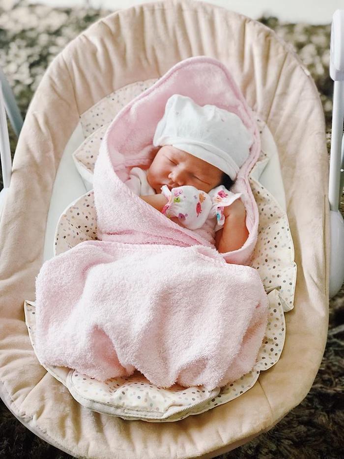 Chia sẻ ảnh con gái trên trang cá nhân với lời chúc ngày mới tốt lành. Ngoài ra, nàng siêu mẫu không quên chia sẻ đến mọi người bí kíp vì sao mẹ tăng ít cân nhưng bé Myla Vũ- Dowden lúc chào đời lại nặng tới 4,4 kg.