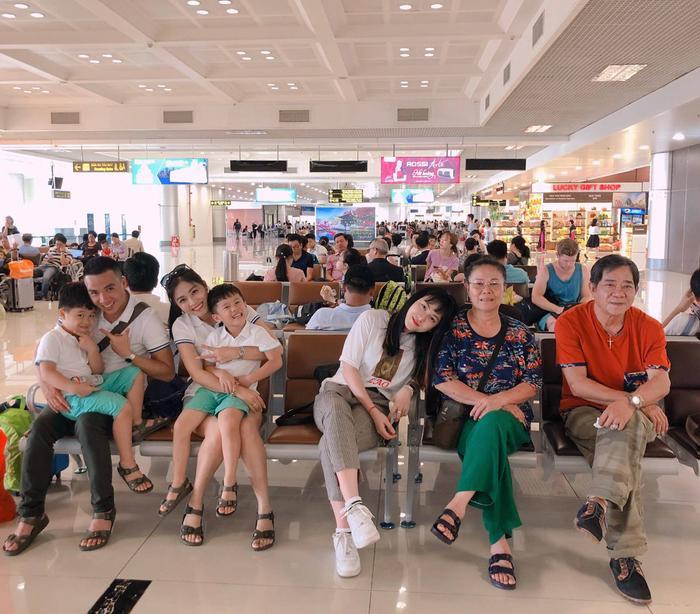 MC Hoàng Linh đang có chuyến đi hạnh phúc cùng với gia đình mình. Hai cậu nhóc nhà Hoàng Linh tỏ ra vô cùng vui vẻ khi được đi du lịch.
