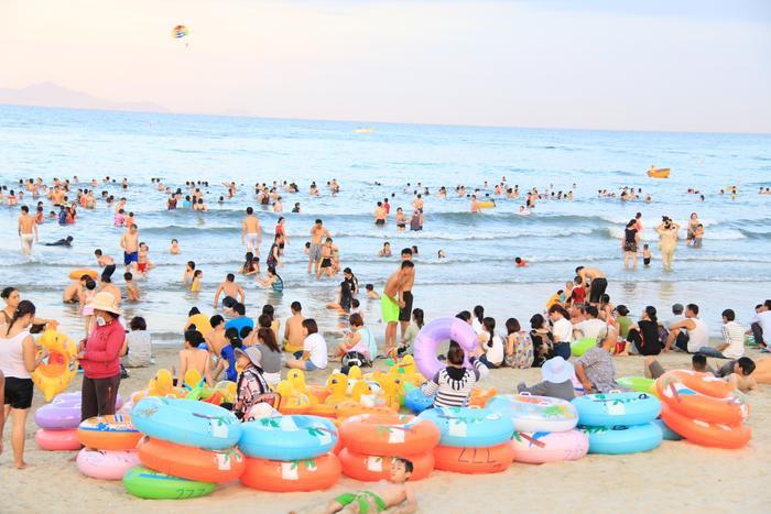Nhiều người khi đi tắm biển tại khu vực biển Mỹ Khê và biển T20 thì xuất hiện tình trạng bị ngứa và nổi mẩn đỏ khắp cơ thể.