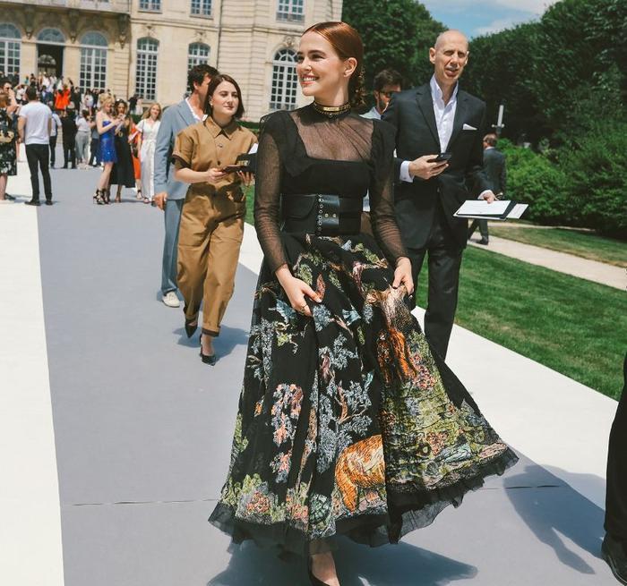 Bộ váy đậm chất tiểu thư với chân váy bồng được cô nàng này nhấn nhá cùng áo cổ vuông xuyên thấu và điểm thêm chiếc dây nịt bản to thời thượng khiến tổng thế cá tính hơn.