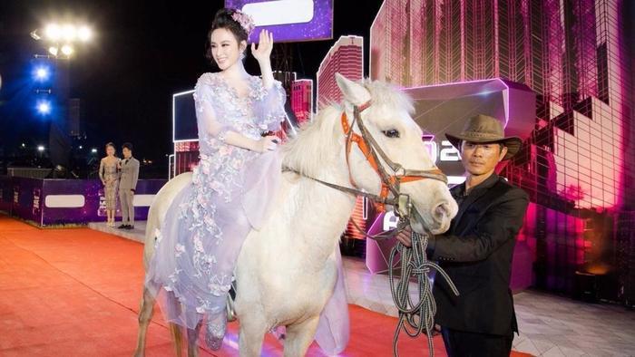 Angela Phương Trinh tiếp tục tạo sự bất ngờ khi đến dự Lễ hội Zing Music Awards 2016 trên lưng ngựa trắng cực kỳ sang trọng.