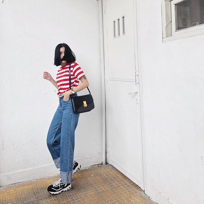 Đơn giản với một chiếc áo thun sọc ngang kết hợp với quần jean form rộng cùng giày sneaker trendy là bạn đã có ngay một set đồ mùa hè năng động và hợp mốt.