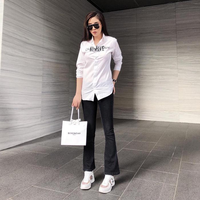 Cô nàng cũng biến tấu đa dạng hình ảnh của mình với hàng loạt kiểu quần có dáng điệu khác nhau. Khi thì trendy với quần ống loe…
