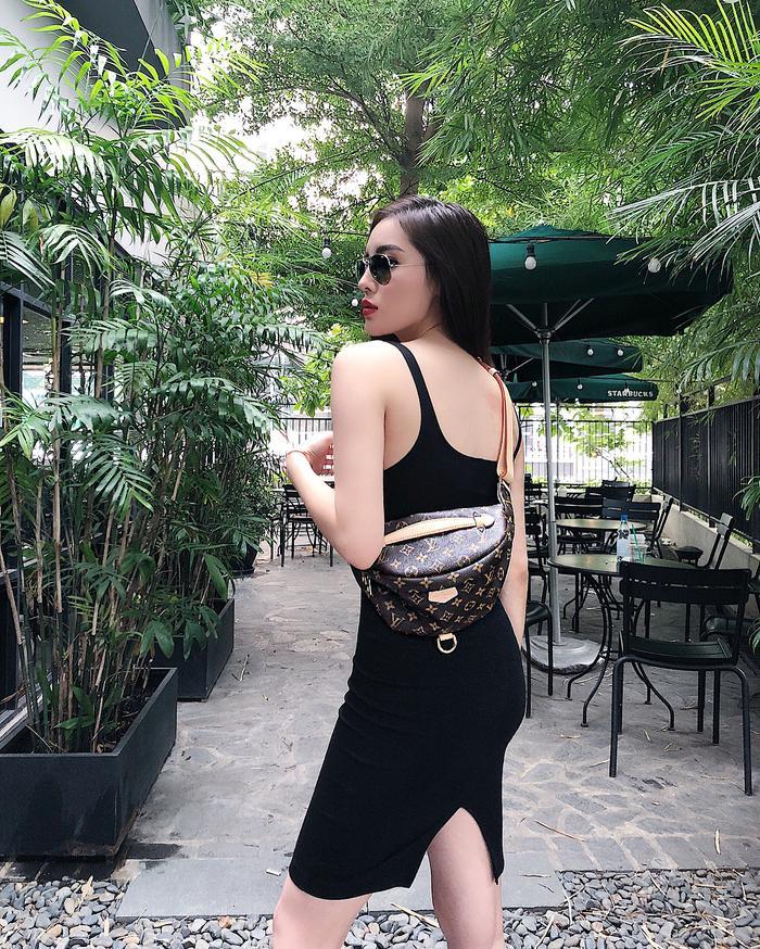 Hiếm hoi lắm người ta mới bắt gặp được Kỳ Duyên mặc đầm khoe dáng trong street style ngày thường.