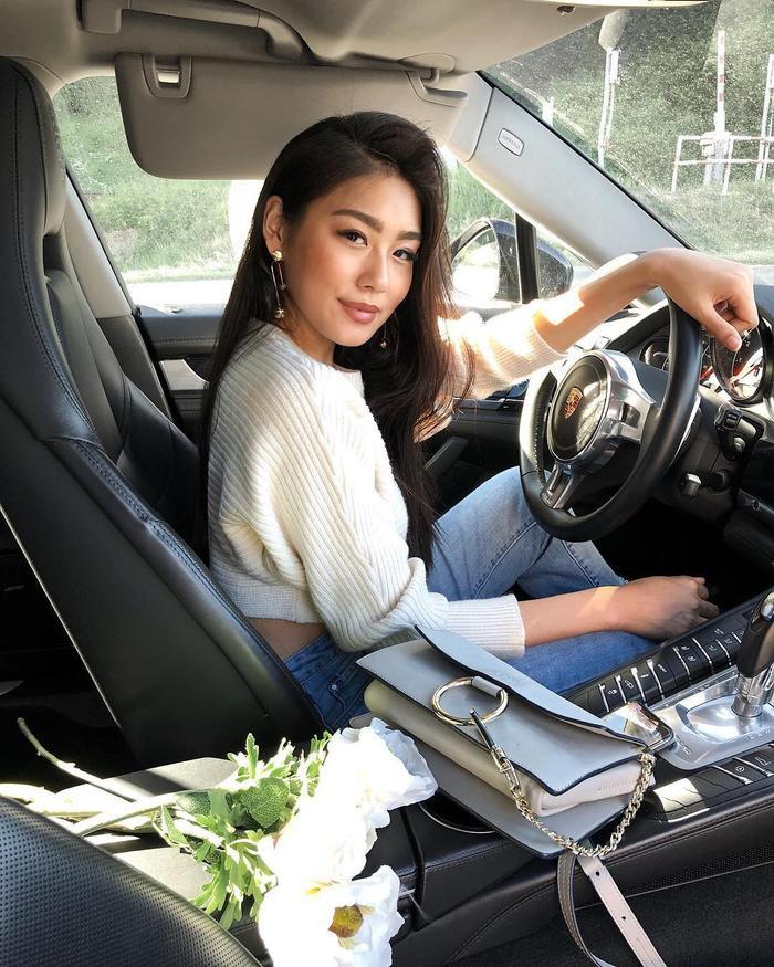 Bức ảnh xinh xắn Thảo Nhi khéo léo khoe túi hàng hiệu và xe ô tô trên Instagram.