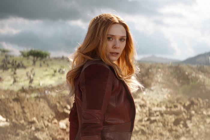 Giống như Hawkeye, trang phục của Scarlet Witch khá một màu theo đúng nghĩa đen
