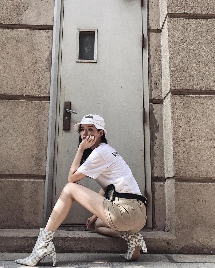 Set đồ tông màu trung tính của Khánh Linh The Face chắc chắn sẽ không thể nổi bật đến thế nếu thiếu đi đôi boots cao có phần gót cong này.
