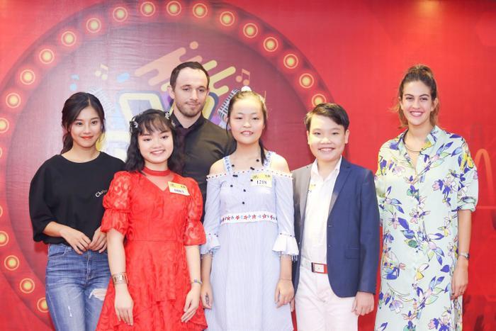 Hoàng Yến Chibi chụp ảnh cùng hai vị giám khảo và thí sinh của cuộc thi.