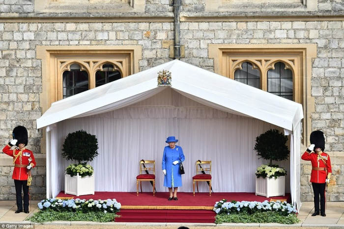 Cuộc gặp đã không khởi đầu tốt đẹp khi ông Trump để Nữ hoàng Anh, 92 tuổi, chờ từ 12 – 15 phút giữa thời tiết 27 độ C. Ảnh: Getty