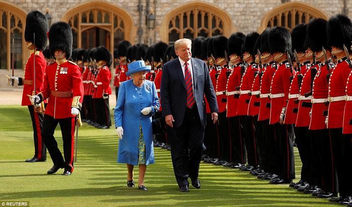 Nữ hoàng dường như đã bỏ lại ông Trump phía sau giây lát trước khi thúc giục ông tiếp tục rảo bước bằng cách chỉ tay ra hiệu. Ảnh: Reuters
