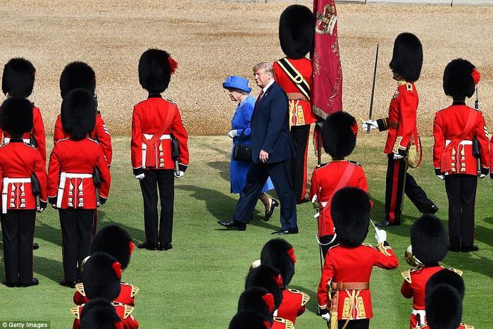 """Theo nghi thức Hoàng gia Anh, bất kể ai đều không bao giờ được phép quay lưng về phía Nữ hoàng. Ngay cả người phu quân của Nữ hoàng, Hoàng tế Philip, 97 tuổi, cũng đi bộ sau bà vài bước. Loạt hành động sơ sảy trong sự kiện này khiến ông Trump bị chỉ trích trên mạng xã hội. Nhiều người nói ông """"bất lịch sự"""" và """"thiếu tôn trọng"""" vị vua trị vì lâu đời nhất trên thế giới.Joanna Gasiorowska, phát thanh viên cấp cao cho chương trình thể thao của kênh Al Jazeer, thậm chí còn cho rằng, lãnh đạo Mỹ biết rõ các quy tắc nhưng cố tình phớt lờ chúng. Ảnh: Getty"""