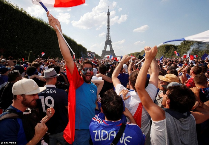 Cổ động viên Pháp hạnh phúc trước chiến thắng của đội nhà kể từ World Cup 1998. Ảnh: Reuters