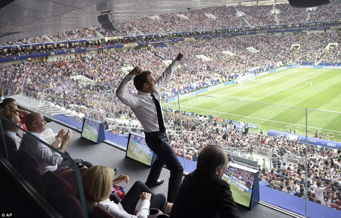 Còn tại Nga, có mặt trên khán đài theo dõi trực tiếp trận đấu quan trọng, Tổng thống Pháp Emmanuel Macron không giấu nổi sự phấn khích trước chiến thắng của đội tuyển nhà. Pháp thắng Croatia 4-2 nhờ bàn phản lưới nhà của Mario Mandzukic, quả phạt đền của Antonie Griezmann, các bàn thắng của Paul Pogba và ngôi sao Kylian Mbappe. Ảnh: AP