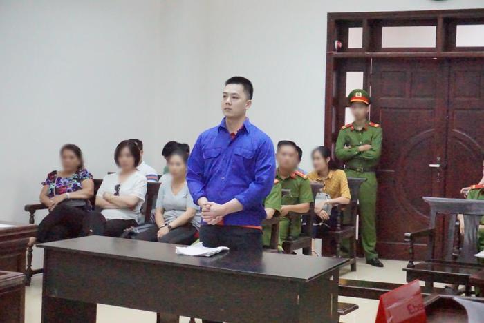 Nhiều người nhà nạn nhân cũng có mặt trong phiên toà.