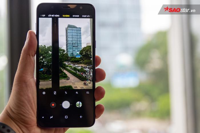 Giao diện chụp ảnh đặc trưng của Samsung với nhiều chế độ tích hợp sẵn như Lấy Nét Tự Động (chụp xóa phông), Chuyên Nghiệp, Chụp Đêm, Panorama, … Ngoài ra máy còn có tùy chọn Auto HDR khá hữu ích khi người dùng không cần phải quan tâm bật/tắt tính năng này nữa