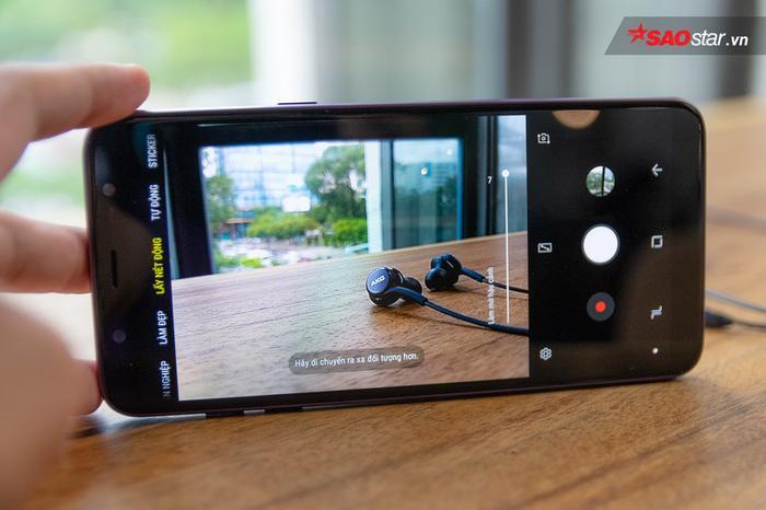 Trang bị camera kép khẩu độ lớn giúp Galaxy J8 có khả năng chụp ảnh xóa phông. Máy còn có thêm tính năng Art Bokeh được mang từ những sản phẩm cao cấp hơn như Galaxy S9/Note8 xuống giúp bức ảnh có những hình thù bokeh đẹp và lạ mắt hơn