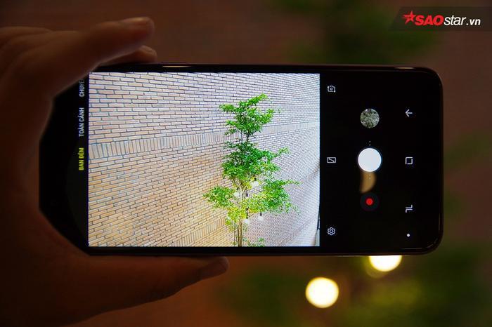 Khẩu độ có thể mở tới F/1.7 và chế độ Ban Đêm tích hợp sẵn giúp J8 hứa hẹn là mẫu máy tầm trung có khả năng chụp ảnh trong điều kiện thiếu sáng tốt