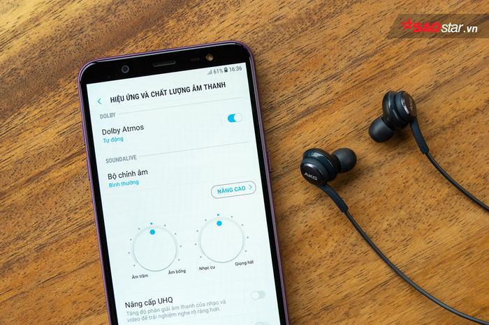 Những ai yêu phim ảnh có thể hài lòng với Galaxy J8 nhờ trang bị công nghệ âm thanh Dolby Atmos nổi tiếng. Tất nhiên tính năng chỉ được kích hoạt khi người dùng sử dụng với tai nghe