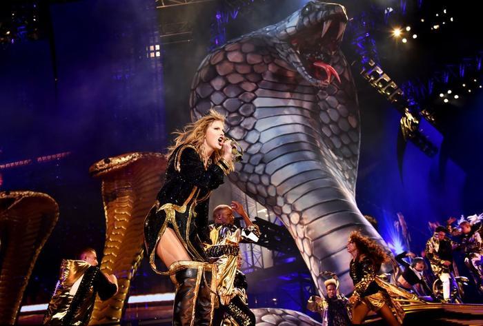 Cả sân khấu là một đàn rắn hung dữ và quyền lực.