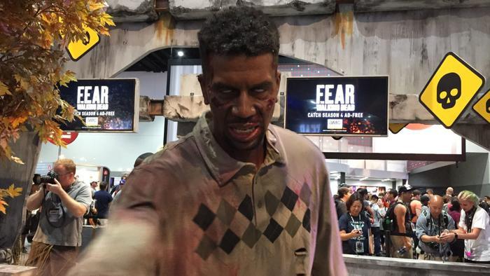 """Một thây ma doạ người xem tại quầy của """"The Walking Dead""""."""