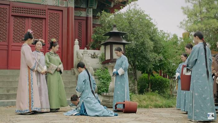 Nguỵ Anh Lạc dập đầu cầu xin cho một cung nữ khác.