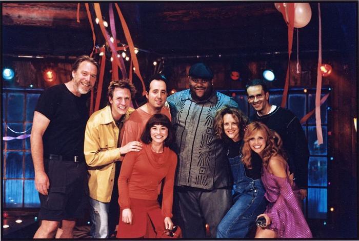 James Gunn chụp hình chung với dàn diễn viên Scooby-Doo: The Movie (2000).