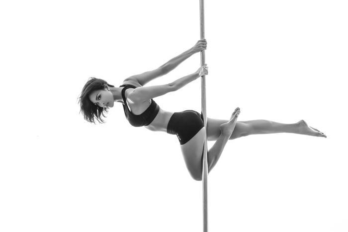Tuy nhiên, cô cũng khuyên các bạn không nên luyện tập một mình mà không có huấn luyện viên và người hướng dẫn vì tỷ lệ bị tai nạn là rất cao. Sau đó bạn đừng ngần ngại, hãy thử luyện tập Pole dance và chắc chắn sẽ thấy nó rất thú vị.