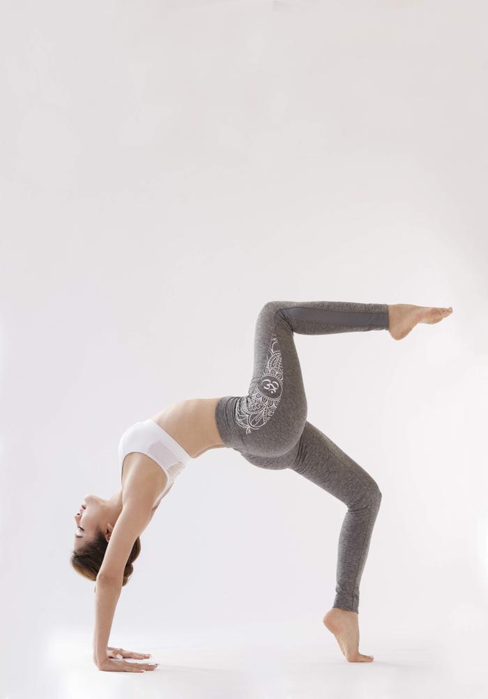 """Ngoài việc đi đóng phim, ca hát, nữ ca sĩ cũng dành thời gian để thỏa mãn cơn """"nghiện"""" Yoga của mình bằng cách tập Yoga một tiếng mỗi ngày."""