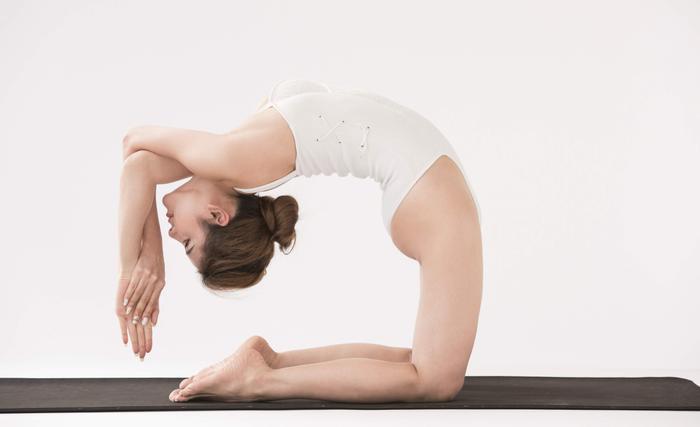 """Bên cạnh đó, cô nàng còn chia sẻ kinh nghiệm luyện tập với những người khác, và hướng dẫn họ cách duy trì cơn """"nghiện"""" Yoga của mình sao cho hiệu quả với sức khỏe và tinh thần mà vẫn đảm bảo được việc cân bằng giữa công việc - cuộc sống."""