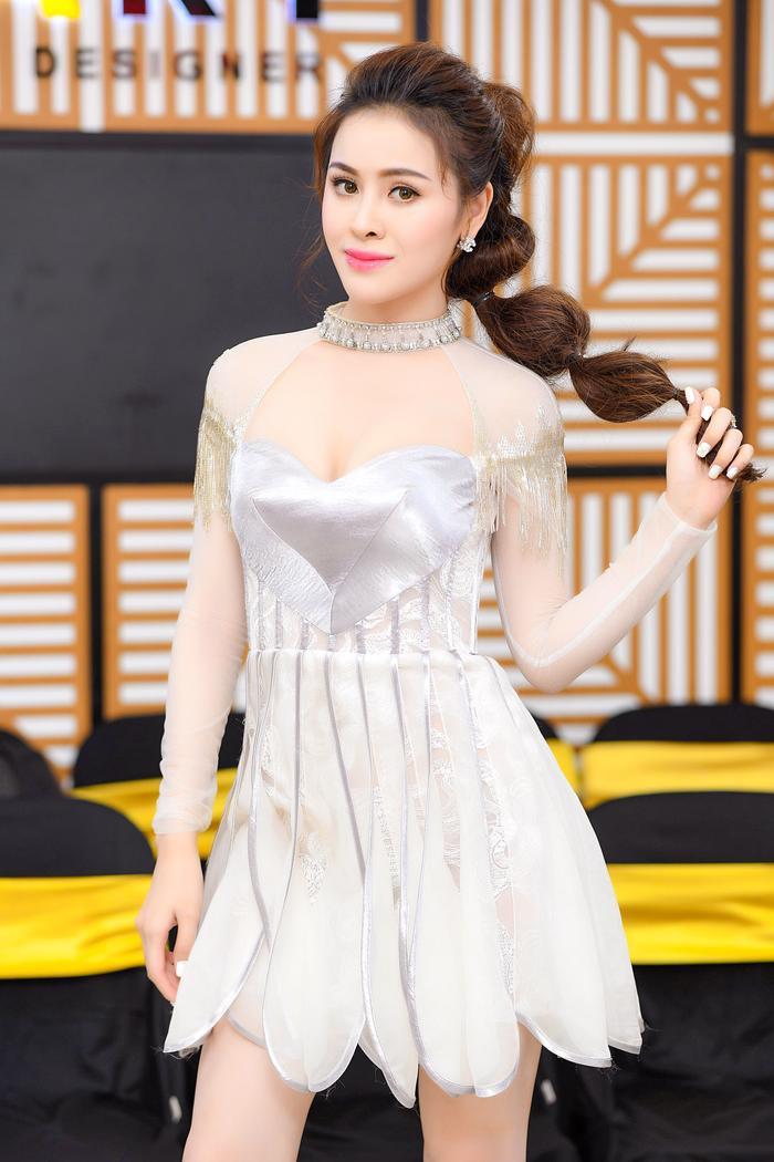 Chiếc váy sến sẩm, lỗi mốt cùng kiểu tóc tuy cầu kỳ nhưng chẳng hề đẹp mắt đã khiến Thư Dung phải chịu cảnh lọt top sao xấu tuần.