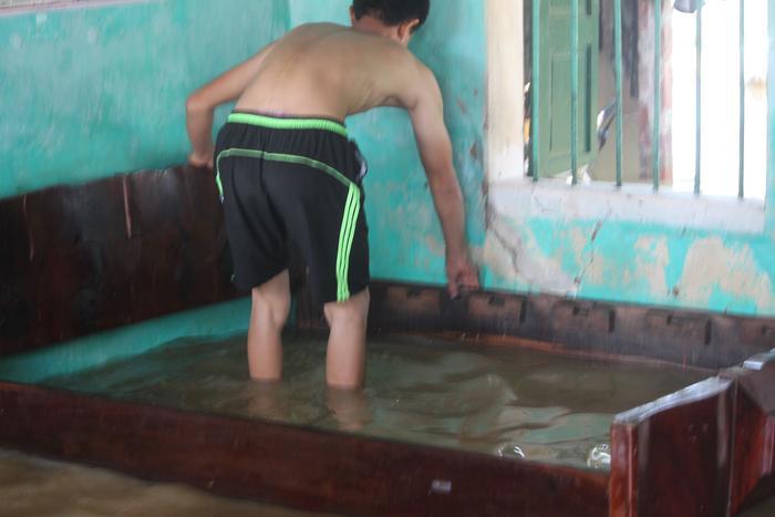 Nước ngập vào sâu trong nhà, giường chiếu bị ướt. Nhiều gia đình phải mang con cái đi sơ tán, ở nhờ nhà hàng xóm.