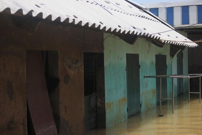 Một số căn phòng cho thuê, người ở trọ cũng phải đi sơ tán nơi khác.