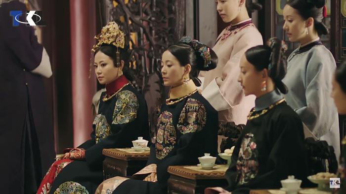 Từ trái qua: Cao Quý phi Cao Ninh Hinh, Thuần phi Tô Tĩnh Hảo, Du Quý nhân Kha Lý Diệp Đặc A Nghiên.