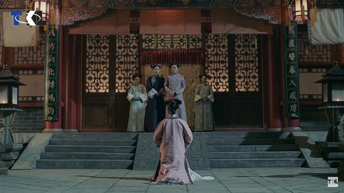 Anh Lạc quỳ gối trước Trường Xuân cung tạ tội.