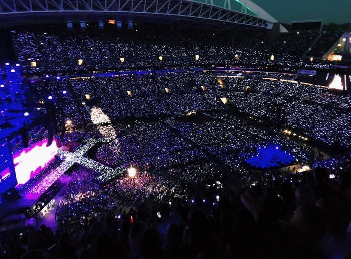 Những đám đông khổng lồ lấp kín các sân vận động…