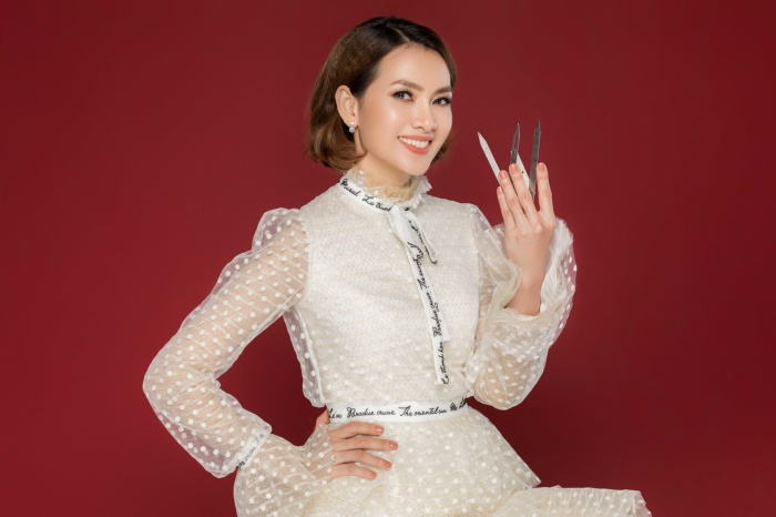 Trẻ trung hơn khi cô nàng diện 1 chiếc váy trắng chấm bi cùng phần tay xòe kiểu công chúa.