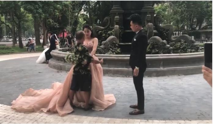 Nhiếp ảnh đã phải ra tận nơi để hướng dẫn cô dâu chú rể tạo dáng.