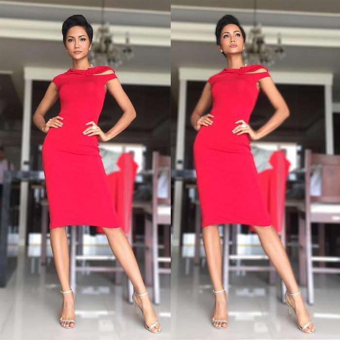 H'Hen Niê khoe dáng cùng chiếc váy đỏ ôm sát, bất đối xứng. Không thêu đính cầu kỳ, chỉ cần sử dụng gam màu bắt mắt là đã đủ khiến đương kim Hoa hậu Hoàn vũ Việt Nam trở nên nổi bật.