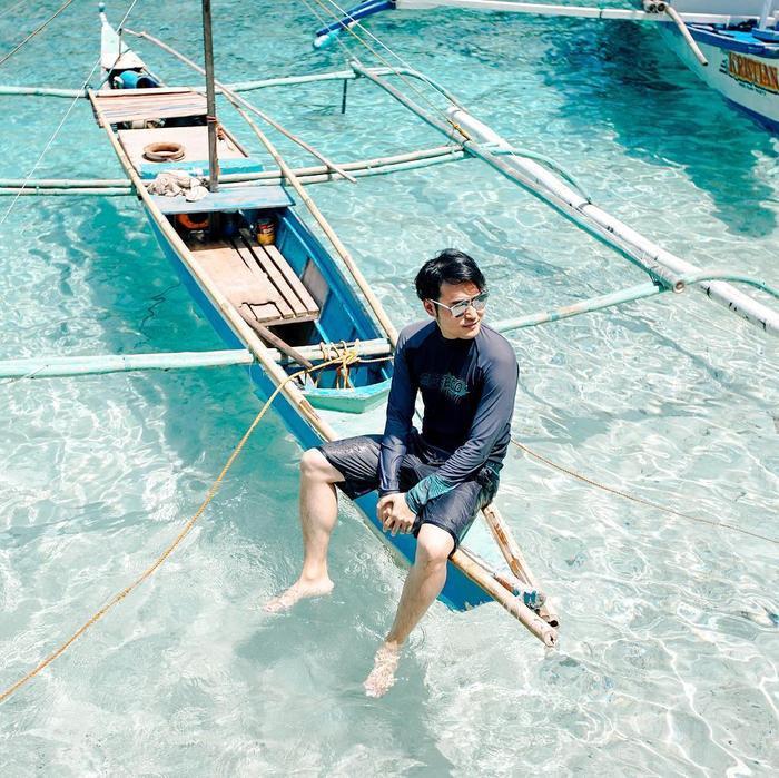 """Đang tận hưởng kì nghỉ hè tại bãi biển, Quang Vinh diện hẳn set đồ lặn, vô tư chụp ảnh tạo dáng """"thần thái"""" đăng lên trang cá nhân khiến cộng đồng mạng thích thú."""