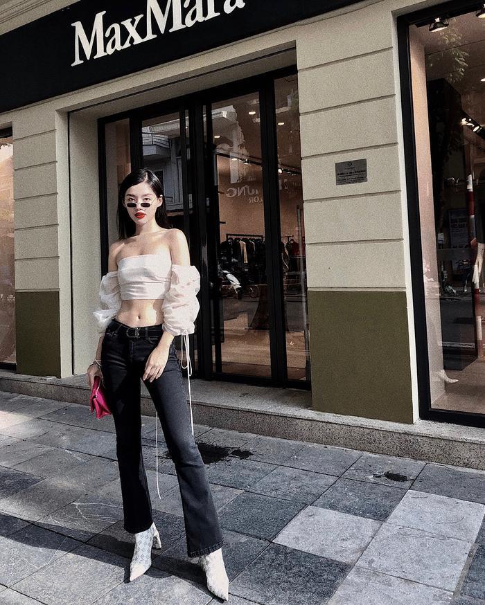 Chưng diện combo thời thượng áo croptop tay bồng khoe on thon cùng quần ống loe, Khánh Linh The Face thật sự biết cách níu ánh nhìn thiên hạ.