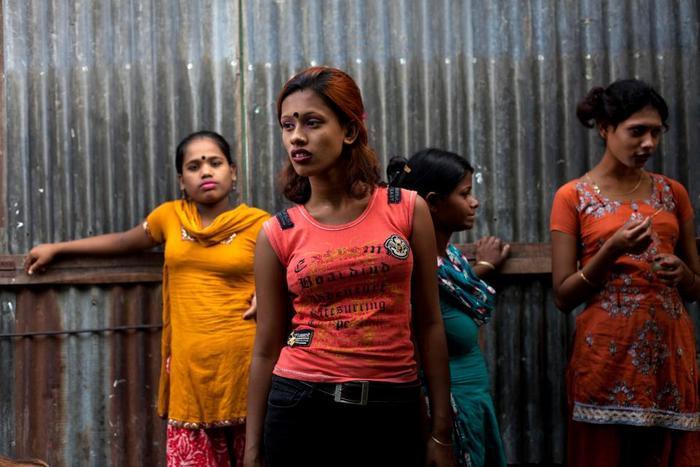 Những cô gái vị thành niên đang chờ đợi khách trên đường gần sông Padma. Có thể họ bị buôn bán và buộc phải làm gái mại dâm.